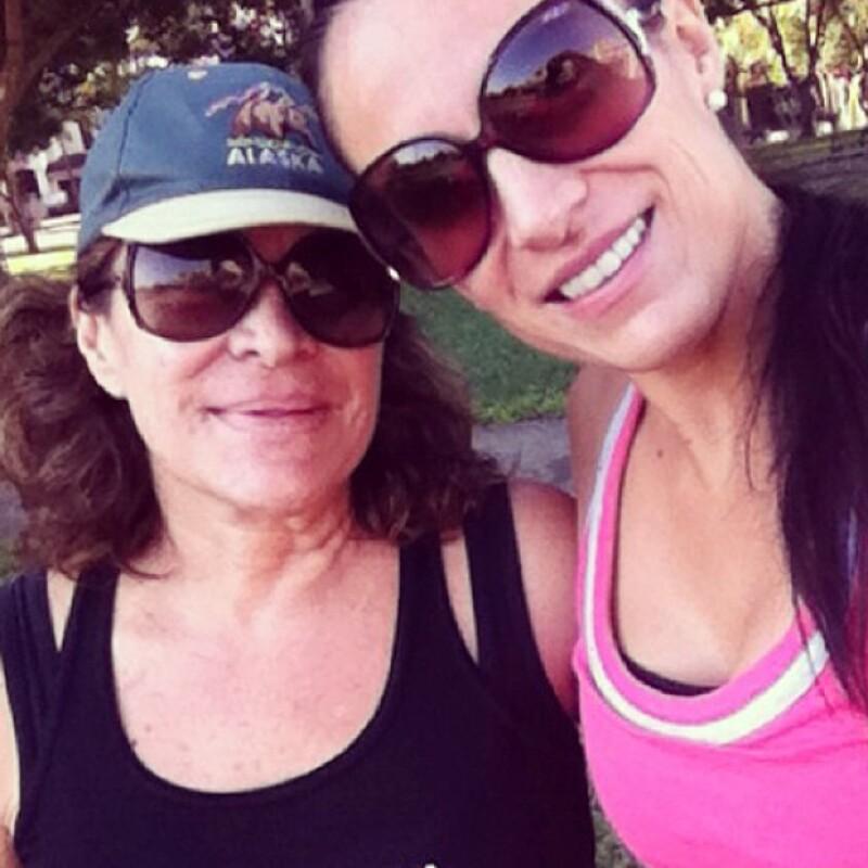 Ella compartió esta fotografía contagiando su saludable estilo de vida a su mamá.