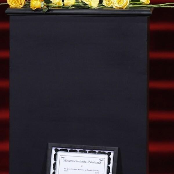 La urna que contiene las cenizas del Premio Nobel de Literatura adornada con unas flores amarillas