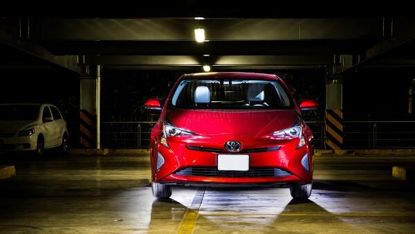 Las ventas de vehículos híbridos como el Toyota Prius crecen sobre todo en la capital.