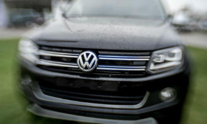 Volkswagen informó que había subestimado el consumo de combustible y las emisiones de dióxido de carbono de unos 800,000 vehículos (Foto: Reuters )