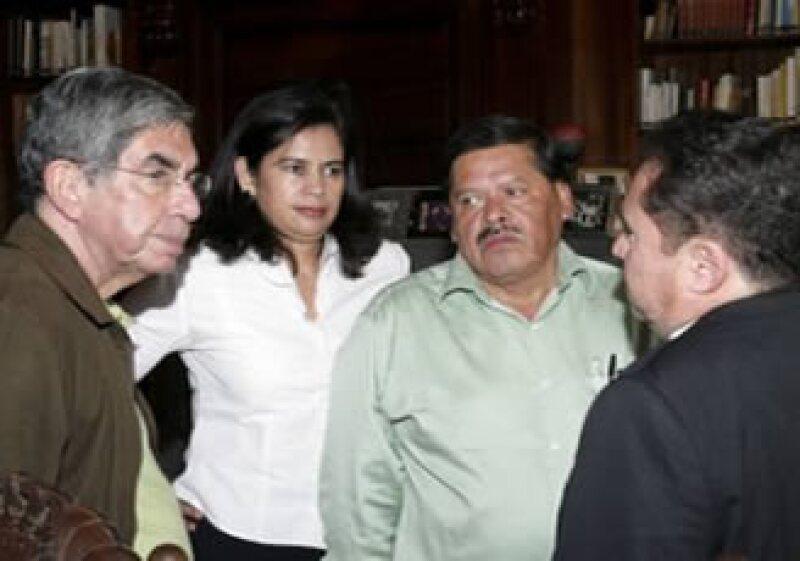 Oscar Arias (izq) se reunió con las delegaciones de las dos partes en conflicto de Honduras. (Foto: Reuters)