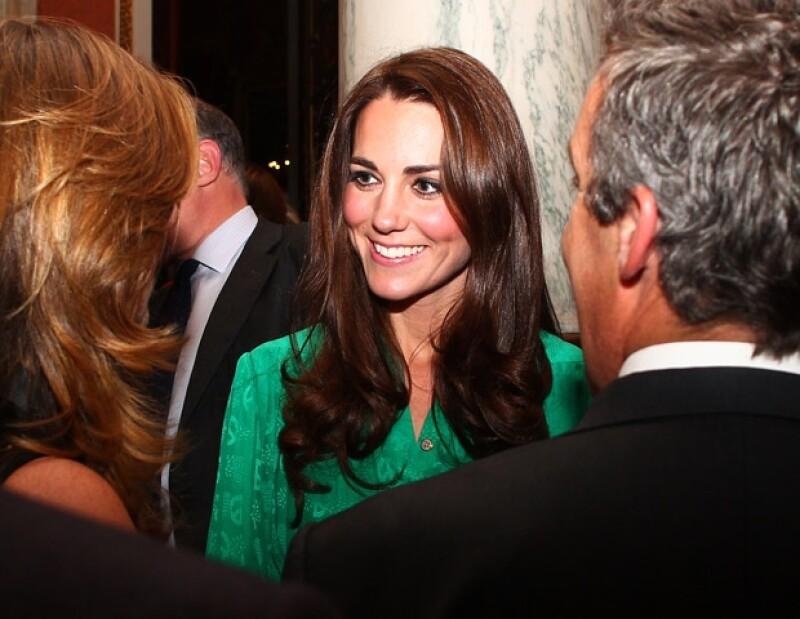 La Duquesa de Cambridge lució muy atenta con cada uno de los presentes.