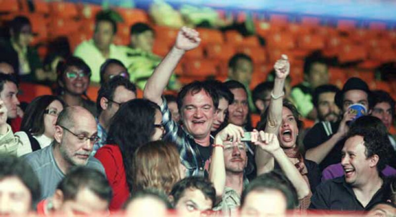 Quentin Tarantino y Guillermo Arriaga disfrutando de las luchas en la tradicional Arena México de la Ciudad.