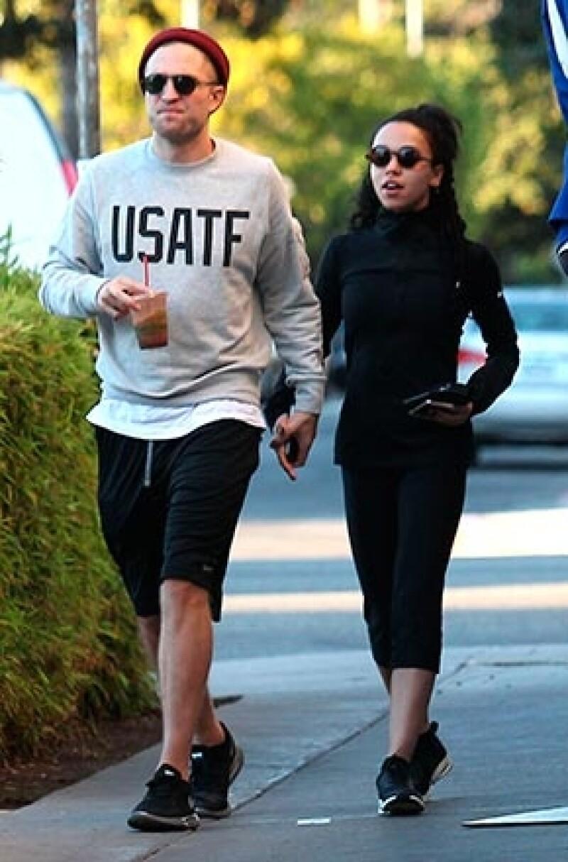 La cantante considera que cualquier incomodidad que suponga ser la novia de Pattinson está compensada por el amor que siente por él.