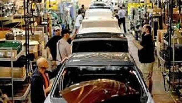 General Motors enfrenta una caída en la demanda de sus autos y el retiro de varias de sus marcas. (Foto: Reuters)