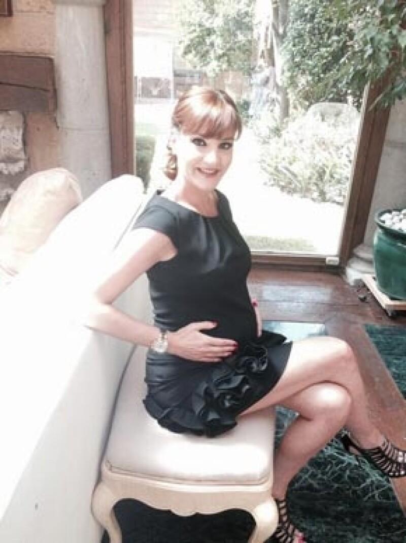 A poco meses de convertirse en madre por segunda vez, la actriz compartió en su cuenta de Twitter una foto donde aparece con vestido negro ajustado el cual deja ver su avanzado estado.