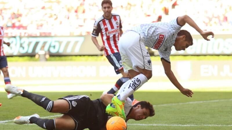 El portero de Chivas José Antonio Rodríguez (abajo) disputa el balón con Severo Efraín Meza de Monterrey