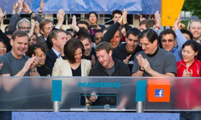Mark Zuckerberg dio esta mañana el campanazo inicial de actividades en el mercado tecnológico Nasdaq. (Foto: AP)