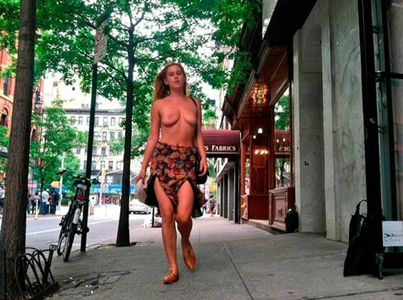 Scout Willis salió a caminar por las calles de Nueva York con el torso desnudo como protesta en contra de la censura y las prohibiciones de la popular aplicación.