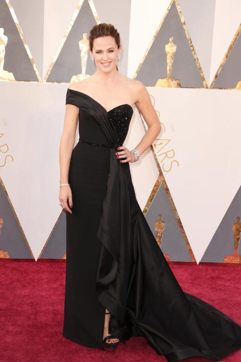 La actriz posó para las cámaras con un vestido negro one-shoulder.