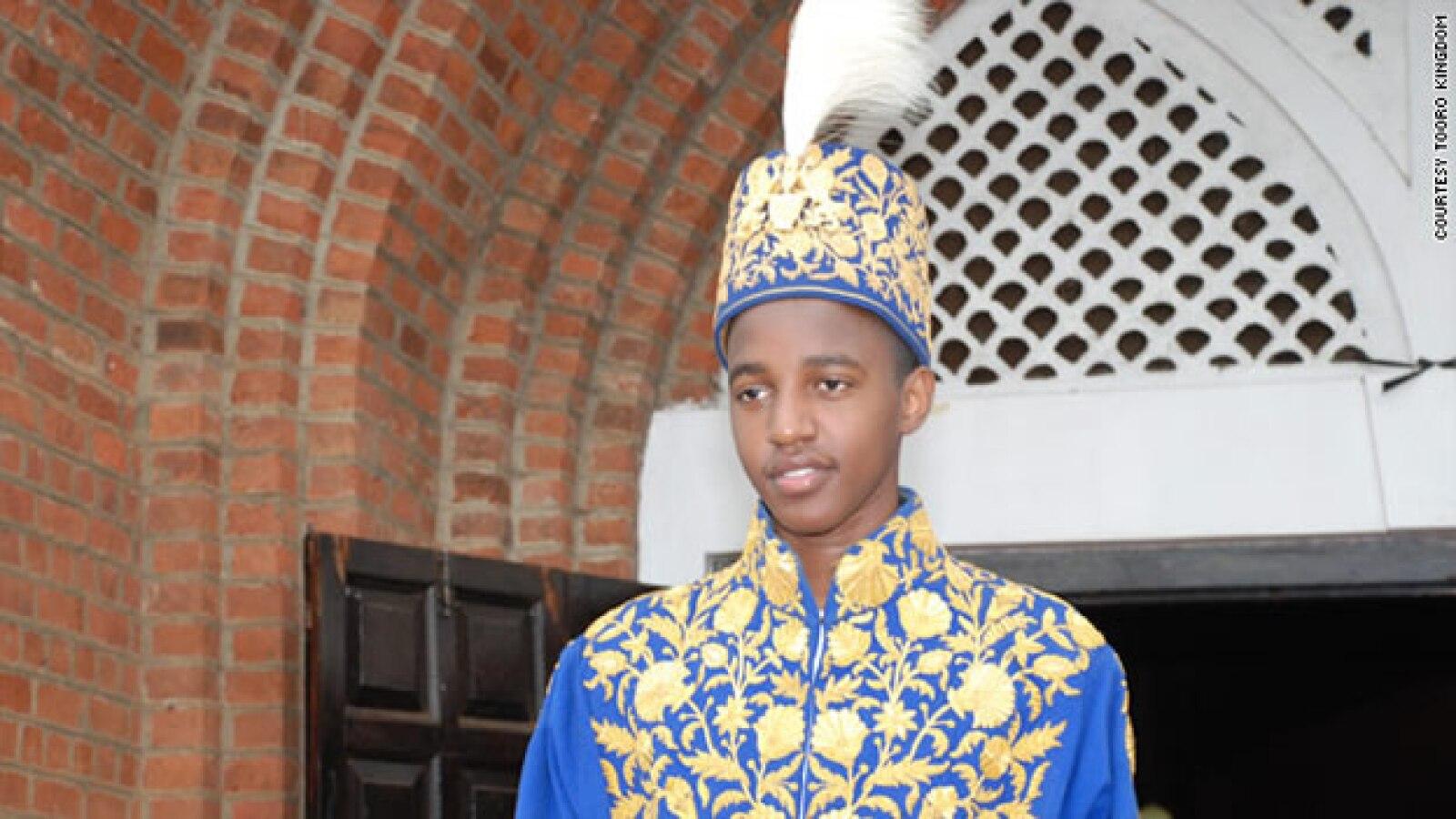 El monarca accedió al poder a los tres años; ahora está por cumplir los 18