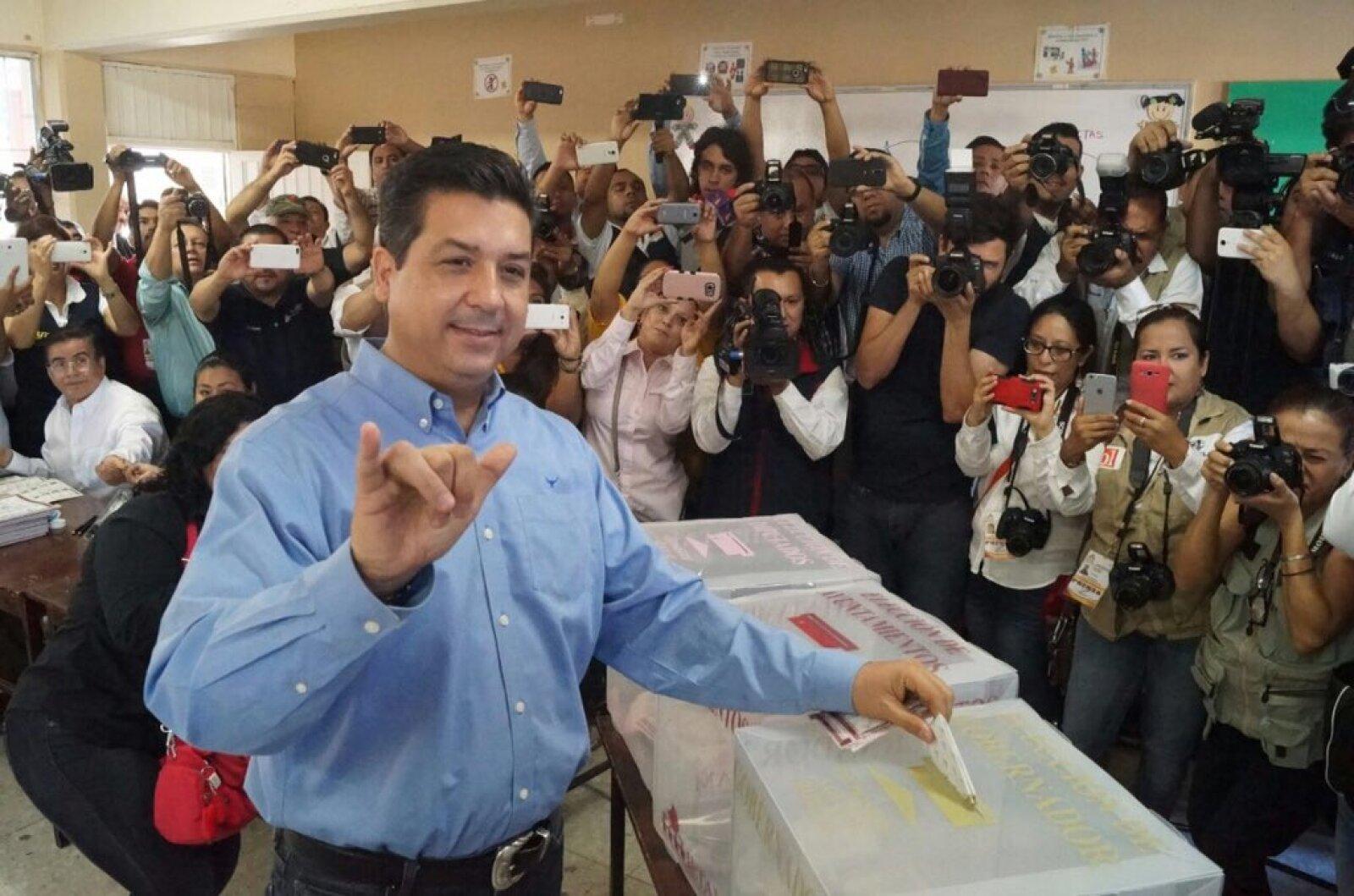 Francisco Cabeza de Vaca, candidato a la gubernatura de Tamaulipas por el PAN, asistió a su casilla en Reynosa desde temprano.