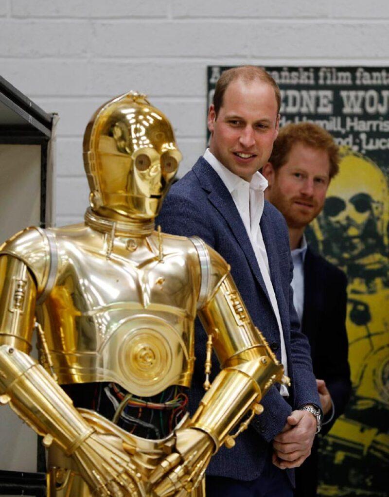 Harry y William se tomaron tiempo para convivir con los personajes de Star Wars.