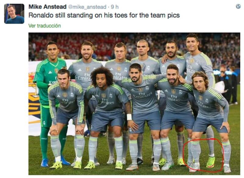 El guapo futbolista fue evidenciado y ahora ya todos saben el secreto del por qué siempre resalta en las fotos cuando posa al lado de su equipo.