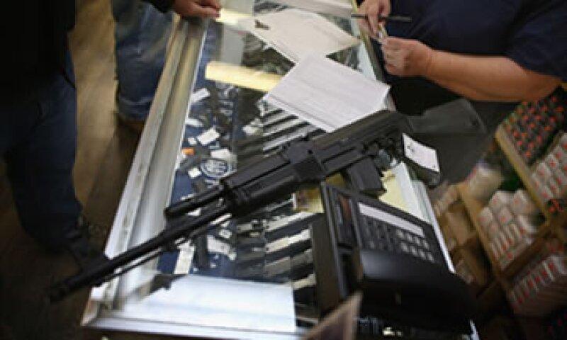 Un distribuidor de armas agotó todos los modelos luego de que entrara en vigor la sanción. (Foto: Getty Images)