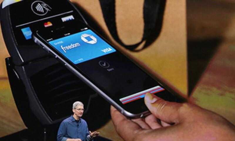 Tras tomar una fotografía de la tarjeta, los datos se encriptan en la app Pasbook para poder realizar pagos con el iPhone. (Foto: Getty Images)
