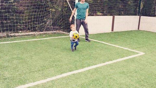 El portero del Rela Madrid compartió una adorable imagen en la que vemos a su hijo haciendo sus pininos en la cancha de futbol.