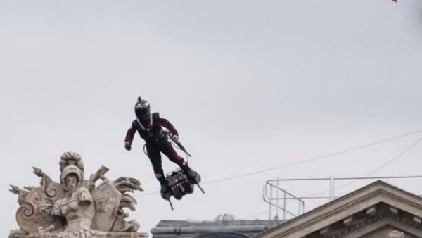 """El primer """"soldado volador"""" hizo acto de presencia en Francia el Día de la Bastilla"""