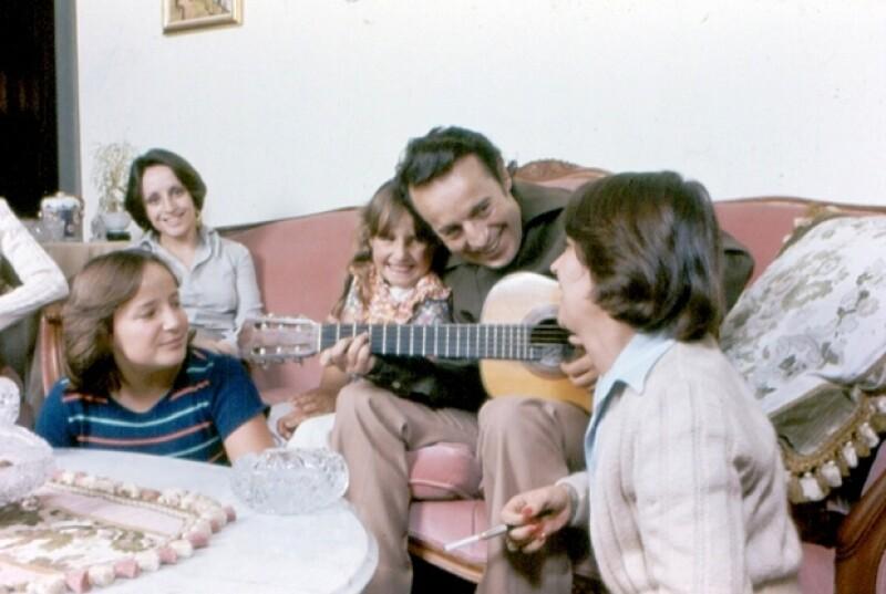 Chespirito en 1980 en casa junto a cuatro de sus cinco hijas: Teresa, Graciela, Cecilia y Marcela.