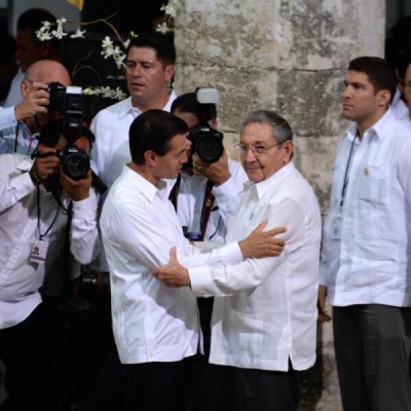 Peña Nieto abrazó a Castro, con quien ya se había reunido en La Habana en 2014.