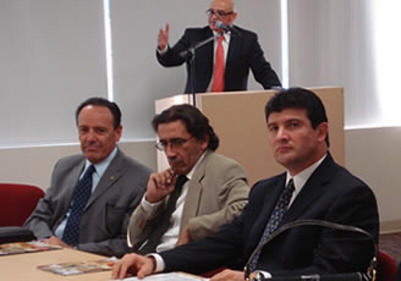 El rector de la Upaep, José Alfredo Miranda, encabezó la firma del convenio, a su lado aparecen el vicepresidente de Sectores Industriales de Canacintra, Luis Espinosa; y el director de Ingeniería en Plástico, José María Salazar.