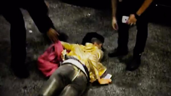 La integrante de la dupla mexicana, se cayó inesperadamente pues se distrajo por ver su celular.