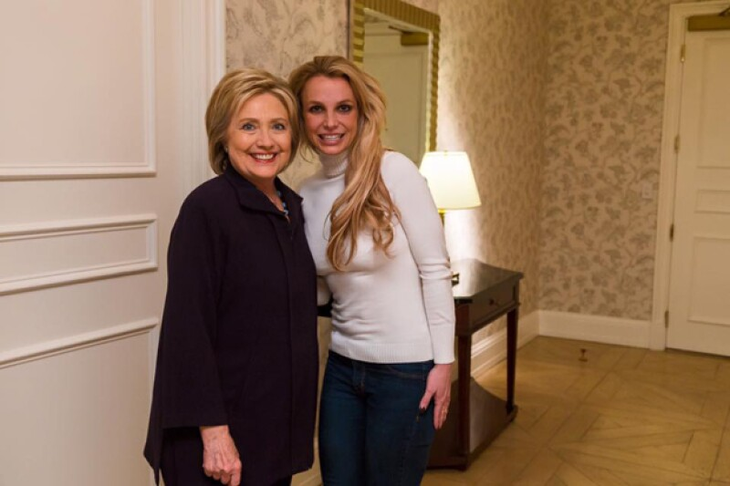 La cantante compartió esta foto con Hillary Clinton, en la que llamó la atención su imagen.