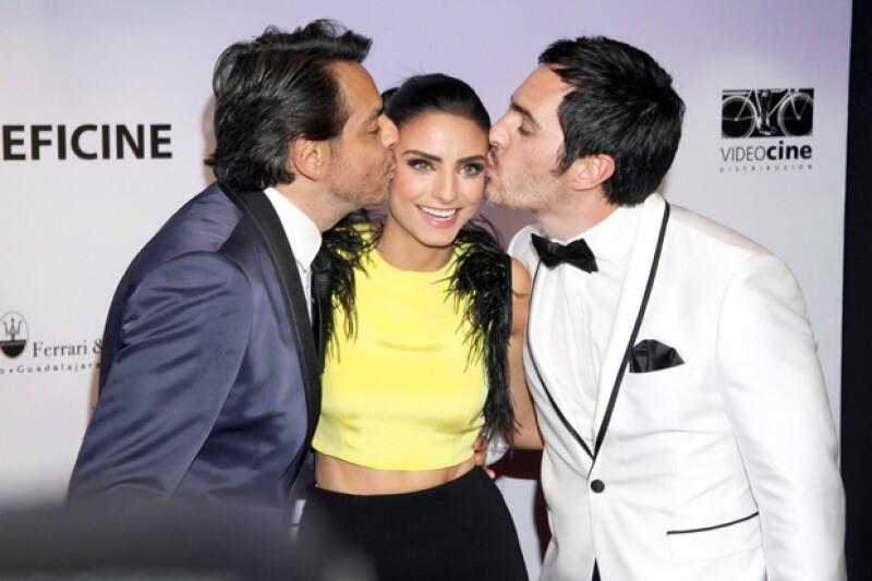 """La actriz acudió a la premiere de su película """"A la Mala"""" acompañada de su novio Mauricio Ochmann, con quien comparte crédito, y su padre Eugenio Derbez."""