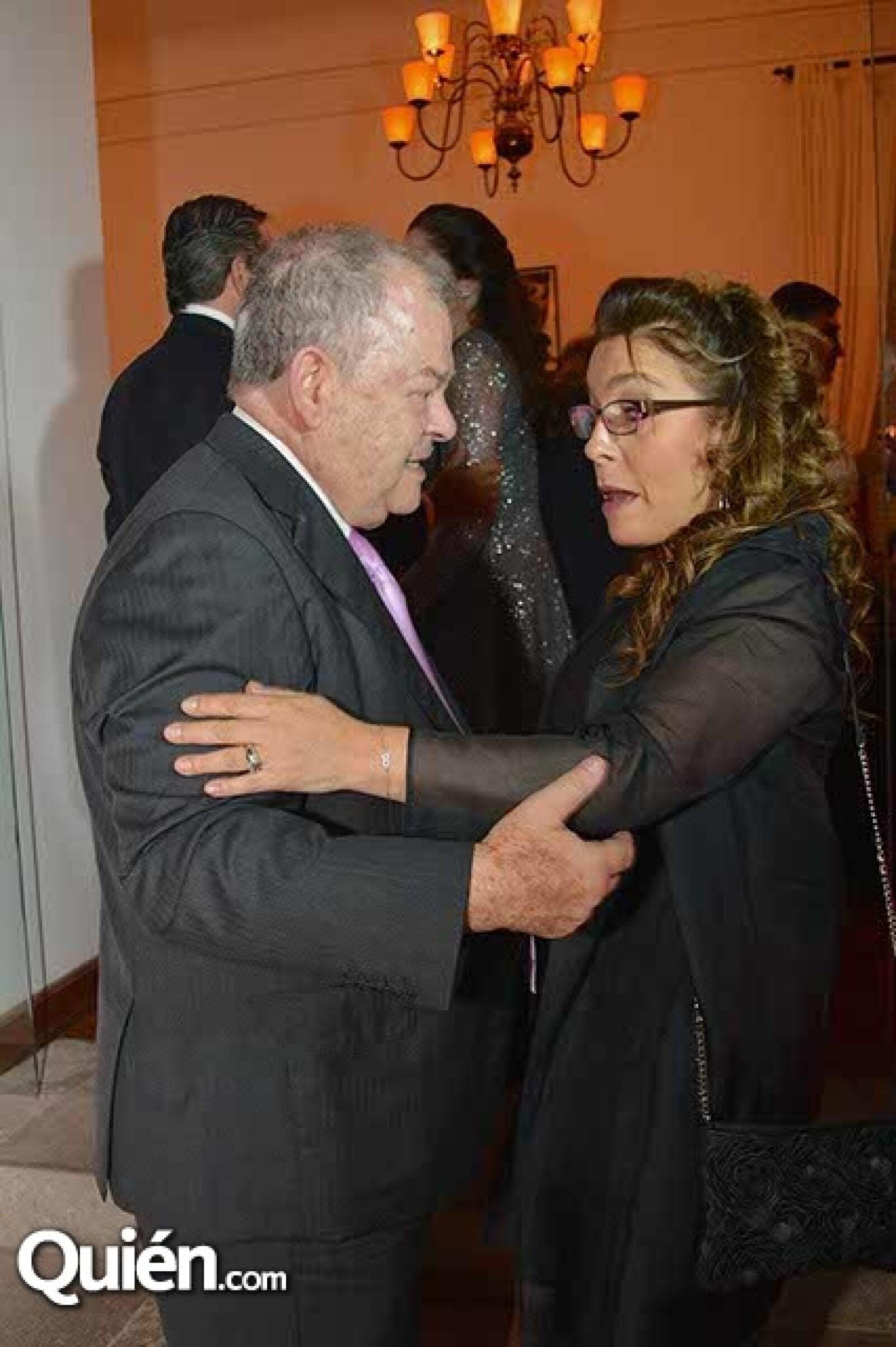 Edgar Elías Azar y Fernanda Familiar.