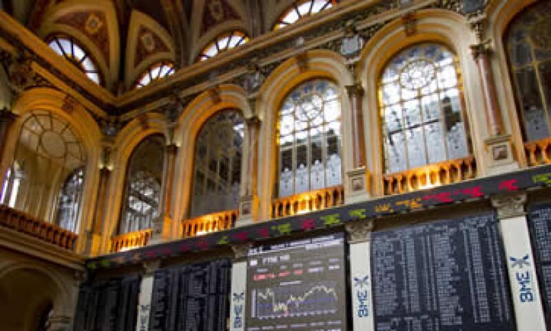 La Bolsa de Madrid tocó mínimos de siete años el viernes, luego de la rebaja de Moodys a la calificación de bancos españoles. (Foto: AP)