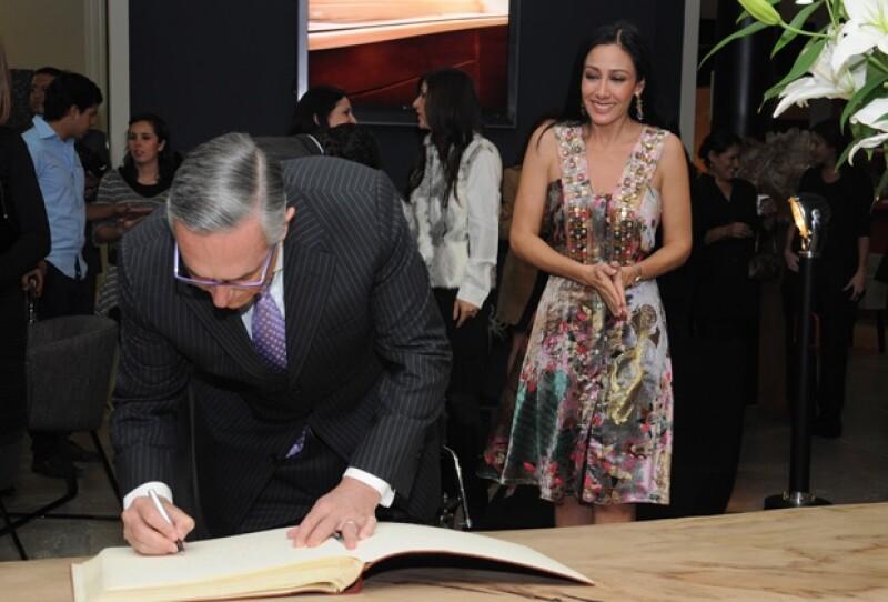 El empresario estuvo con su esposa en la inauguración de una más de las tiendas de decoración Esencial. Esta vez fue en Guadalajara, su ciudad natal.