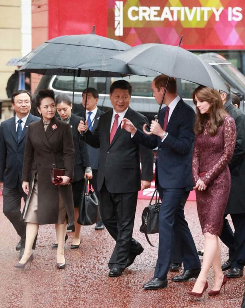 La duquesa y la primera dama de China, Peg Liyuan, tuvieron que lidiar con las inclemencias del tiempo, pero siempre manteniendo la formalidad y elegancia.