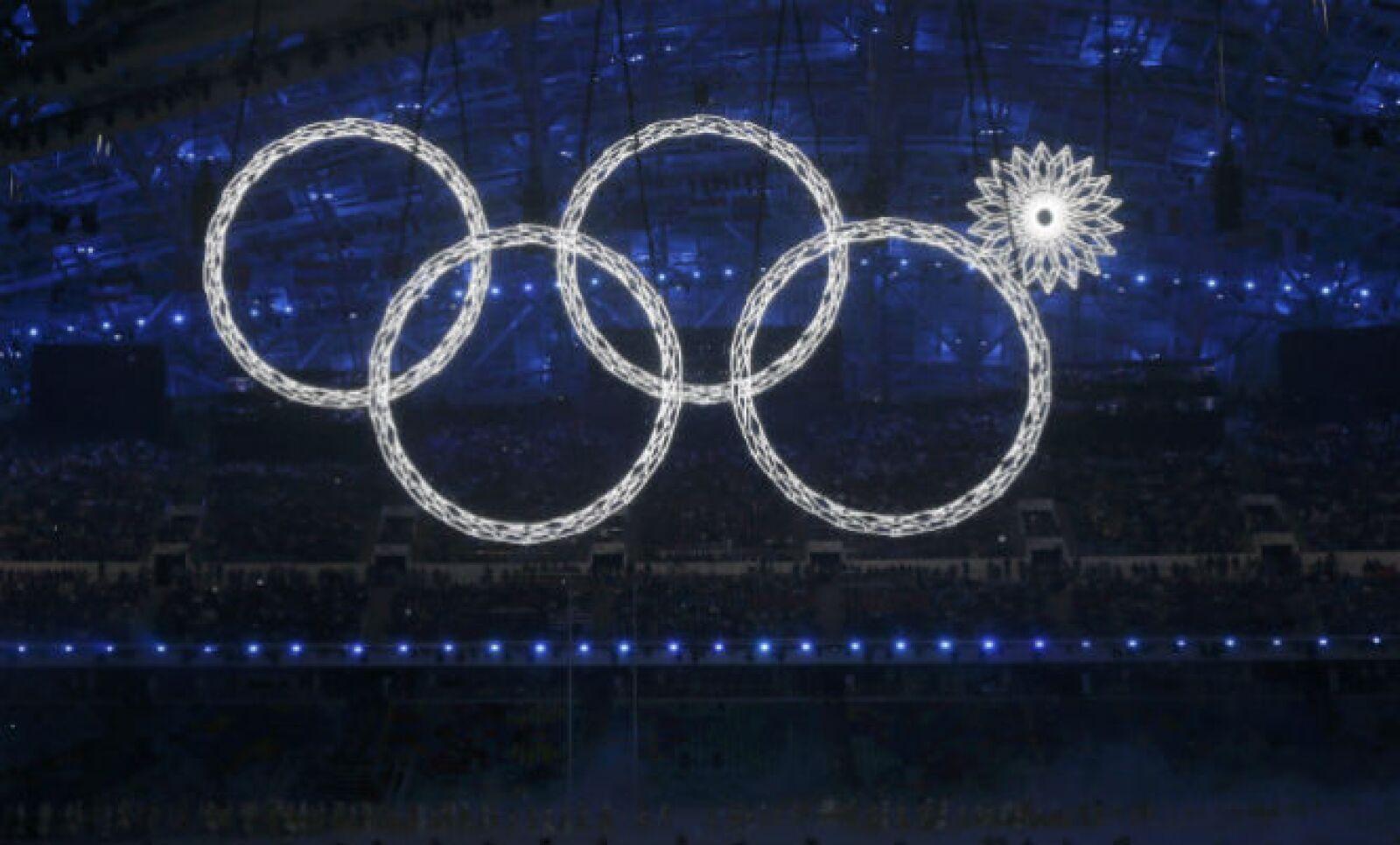 Los aros olímpicos se iluminaron en medio del estadio, aunque uno de ellos no abrió por completo.