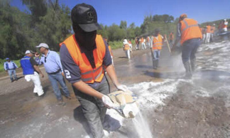 Empleados de GMéxico limpian el Río Sonora y Bacanuchi. (Foto: Cuartoscuro)