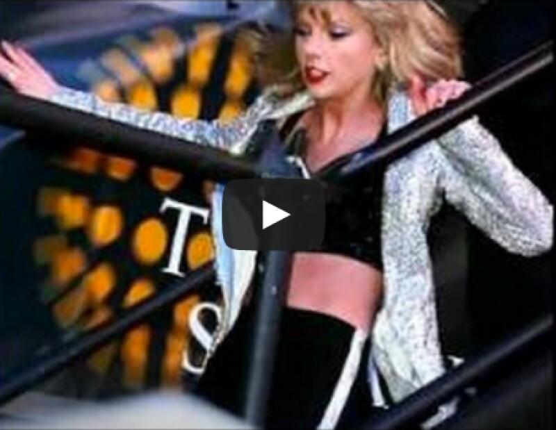 Mientras llegaba al escenario para llevar a cabo su interpretación, la cantante sufrió un pequeño accidente al bajar los escalones.