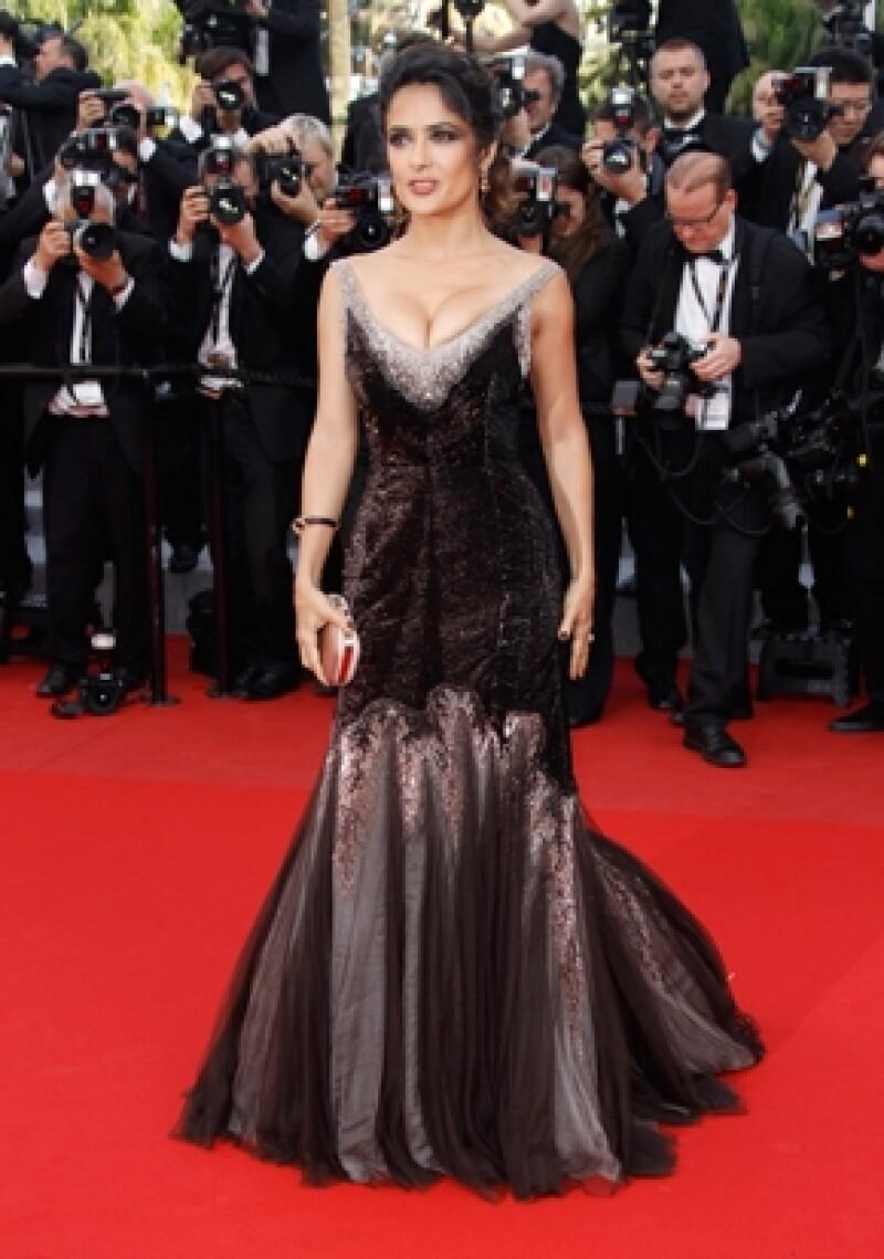 La actriz mexicana deslumbró con su espectacular y sensual estilo al desfilar por la alfombra roja del festival de cine más importante del mundo.