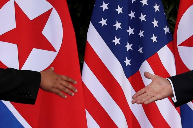 Apretón de manos entre Donald Trump y Kim Jong Un