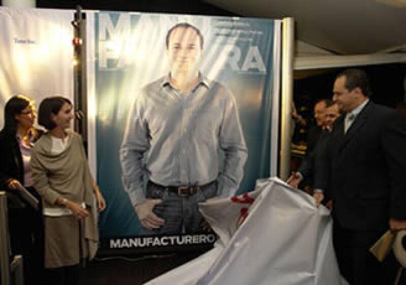 La subsecretaria de Industria y Comercio de la SE, Lorenza Martínez, y Lucio Delgado develaron la portada del Manufacturero del Año 2009, en su octava edición. (Foto: Héctor Barrera)