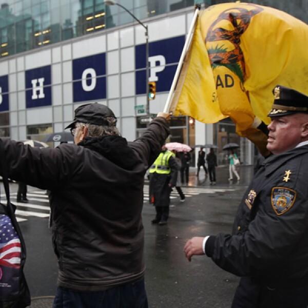 Un integrante del movimiento Ocupa Wall Street es detenido por la Policía en la Sexta Avenida. Los activistas organizaron plantones frente a bancos, cortes de migración y medios de comunicación.