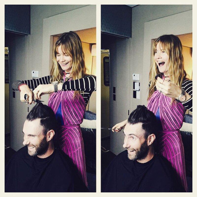 El momento en el que la esposa de Adam, Behati, le está cortando el pelo.