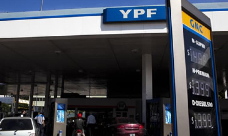 En medio de las especulaciones sobre la posible nacionalización petrolera, las acciones de YPF ganaron este jueves casi un 7.42%. (Foto: AP)