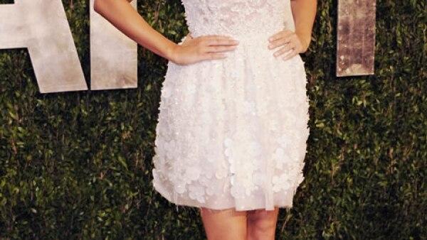Fiesta Post-Oscar de Vanity Fair, 2013: la actriz llevó un vestido corto en blanco de Georges Hobeika Atelier para la fiesta.