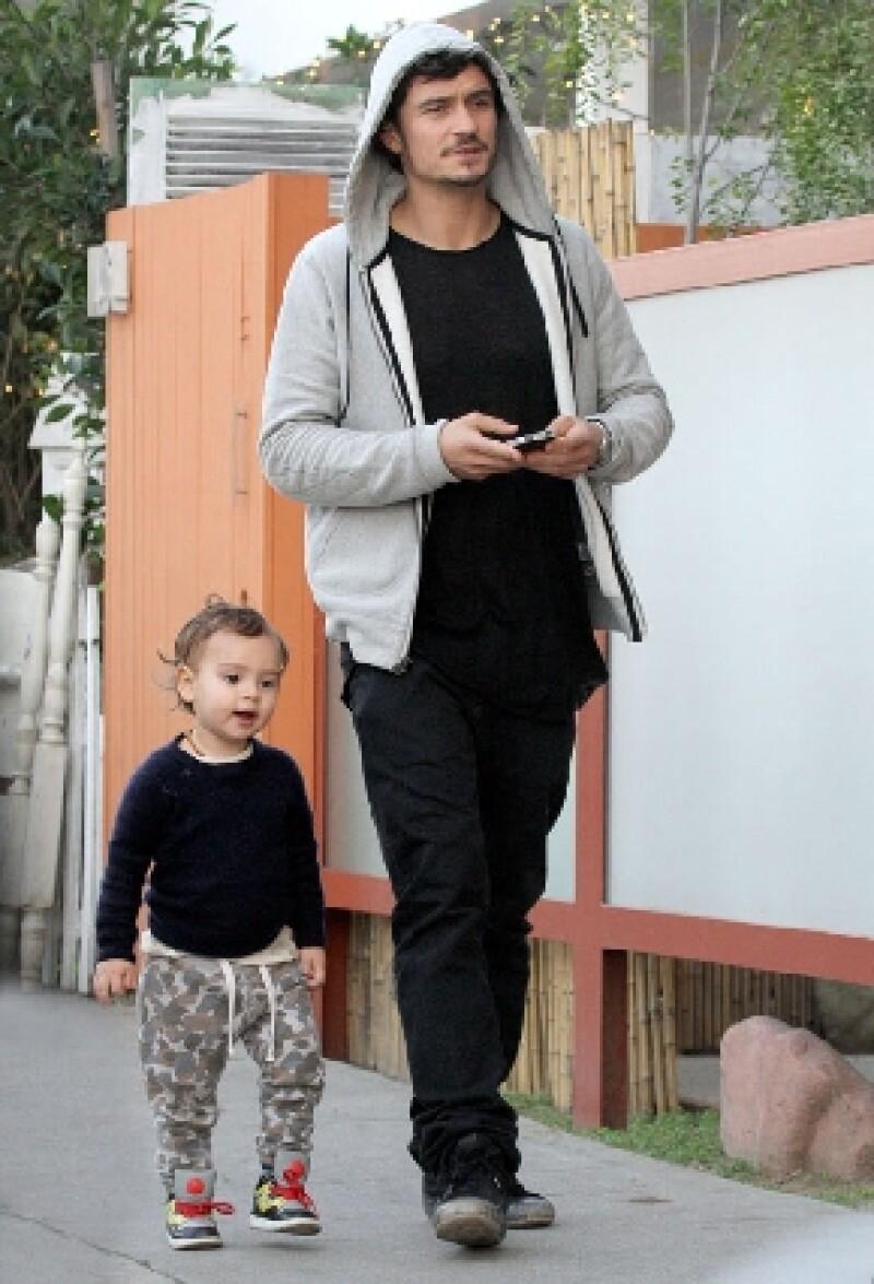 El pequeño y Orlando Bloom fueron captados mientras hacían compras en Venice Beach. Aunque su mamá no los acompañó por cuestiones de trabajo, padre e hijo se veían felices.