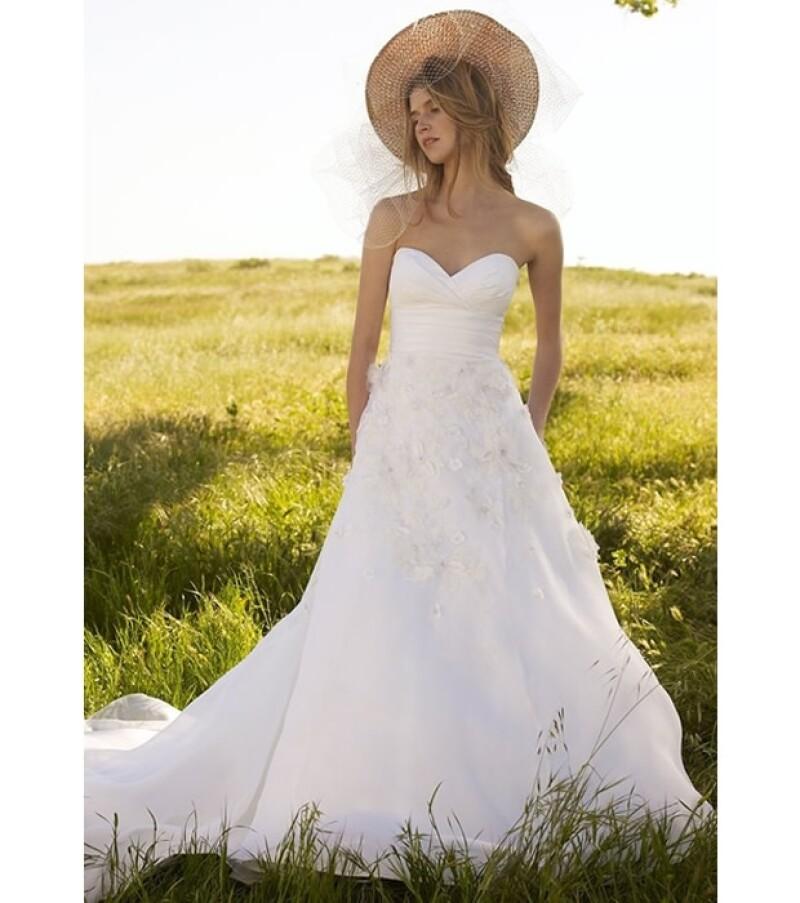 Encaje y cortes poco más sueltos integran el vestido de una novia campirana ideal.