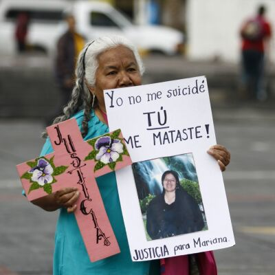 NEZAHUALCOYOTL, ESTADO DE MÉXICO, 25JULIO2014.- Cientos de cruces rosas fueron colocadas durante un mitin en la explanada municipal de Nezahualcoyotl en protesta por los feminicidios que se registran en este municipio y en donde las organizaciones exigieron justicia al gobierno municipal y estatal, así como la declaratoria de alerta de genero en el estado. En la imagen Irinea Buendia, su hija Mariana Lima Buendía fue asesinada en el 2010 presuntamente por el policia judicial estatal Julio Cesar Hernández Ballinas, hasta la fecha el crimen sigue impune porque la fiscalía no ha revisado el caso. FOTO: RODOLFO ANGULO /CUARTOSCURO.COM