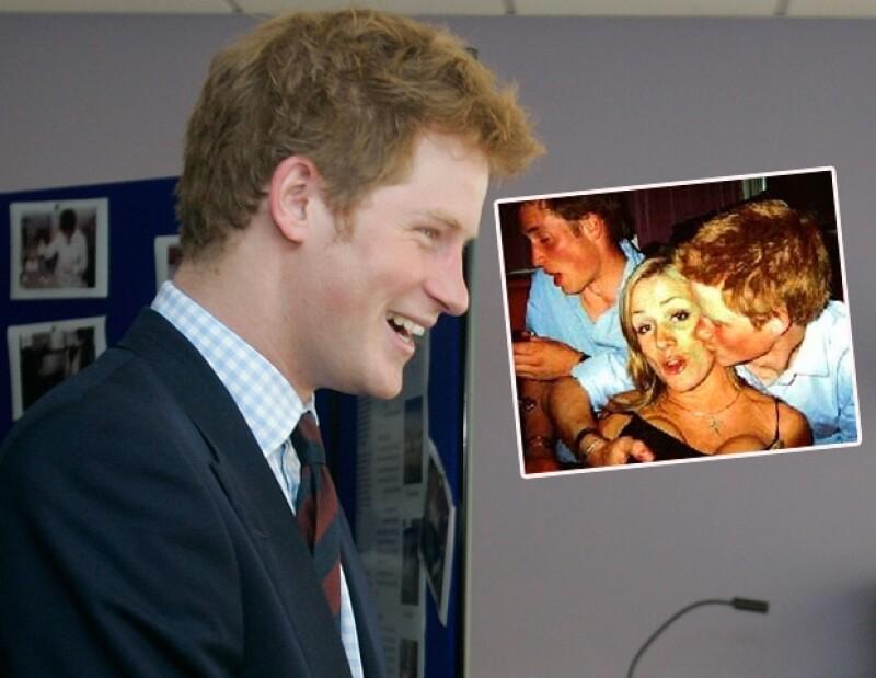 Una de las imágenes más escandalosas de Harry fue cuando puso su mano en el busto de una mujer.