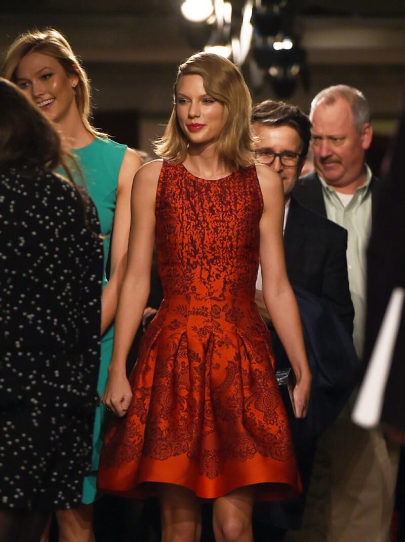 Taylor Swift y Karlie Kloss acudieron a la pasarela luciendo atuendos muy ad hoc a la ocasión.