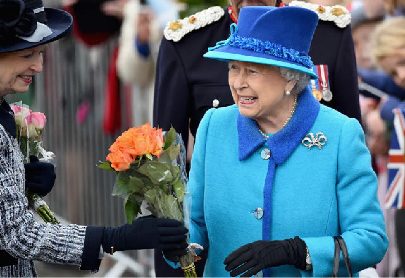 La abuela de Guillermo y Harry recibió flores de la gente que atendió al evento.
