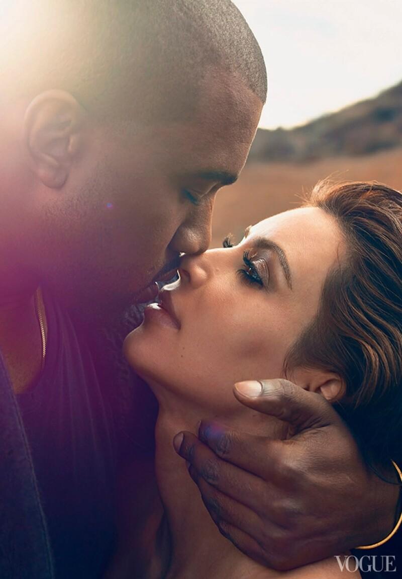 Kanye y Kim posaron de manrea muy romántica para la revista, aquí los vemos a punto de besarse.