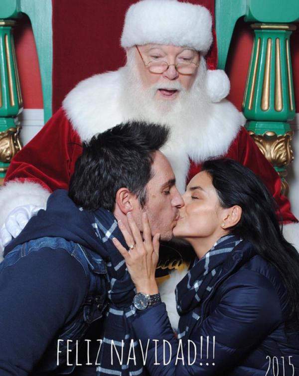 En otra postal, Aislinn y Mauricio presumieron su amor frente a Santa.